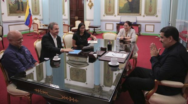Imagen del último encuentro hecho público entre el expresidente español José Luis Rodríguez Zapatero y el presidente venezolano, Nicolás Maduro, en el Palacio de Miraflores