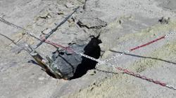 Detalle del agujero por el que cayeron los tres miembros de la familia