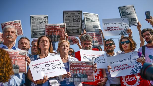 El periódico opositor Cumhuriyet vuelve a personarse ante la justicia turca