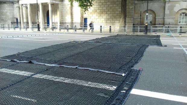 Imagen de las mallas utilizadas por la Policía de Londres para evitar atropellos masivos