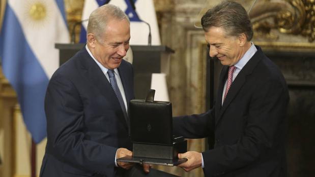 El presidente de Argentina, Mauricio Macri (d), entrega un obsequio al primer ministro de Israel, Benjamín Netanyahu (i), en la Casa Rosada en Buenos Aires, Argentina.