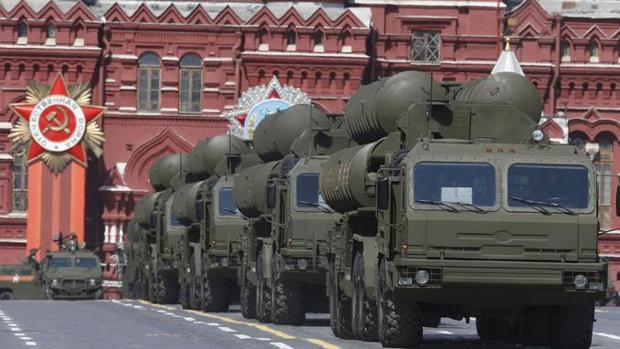 Desfile de vehículos militares cargados con misiles antiaéreos S-400, en la plaza Roja de Moscú, el 9 de mayo de 2015