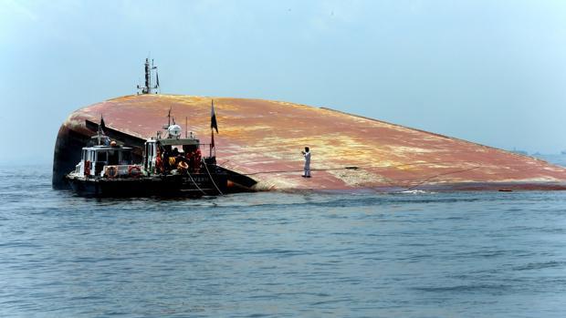 Casco del barco de draga hundido en el estrecho de Singapur