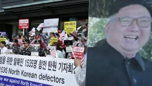 A la izq: Desertores de Corea del Norte y activistas gritan eslóganes. A la dcha: imagen de Kim Jong-un