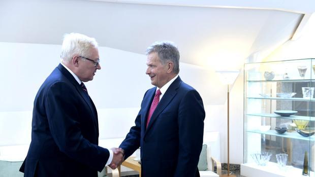 El primer ministro finlandés Sauli Niinistö (i) recibe al viceministro de Relaciones Exteriores de Rusia Serrgei Ryabkov (d)