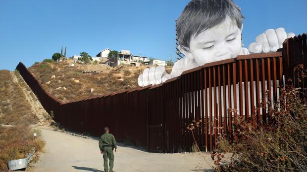 Un artista francés colocó en el muro de la frontera entre México y EE.UU la imagen de un niño