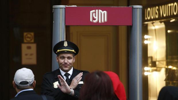 Un guardia de seguridad prohíbe la entrada a las galerías GUM, junto a la Plaza Roja de Moscú, tras la amenaza falsta de bomba