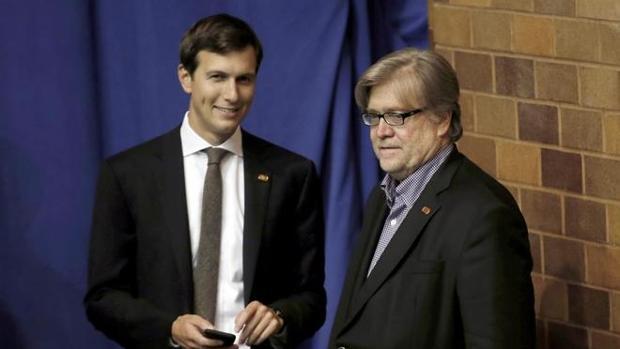 Jared Kushner, con Steve Bannon, tras la victoria de Trump el pasado mes de noviembre