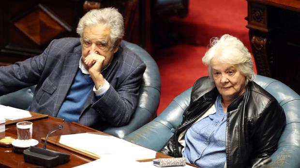 La nueva vicepresidenta de Uruguay y presidenta del a Asamblea General del Parlamento, Lucia Topolansky (derecha), junto a su marido, el expresidente y senador José Mújica