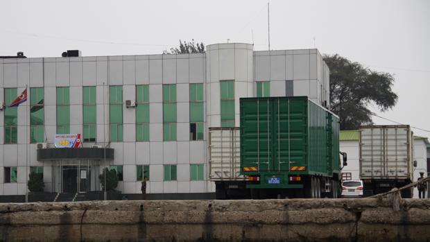 Transporte de mercancías en el muelle de Sinuiju, principal puerta de entrada a Corea del Norte