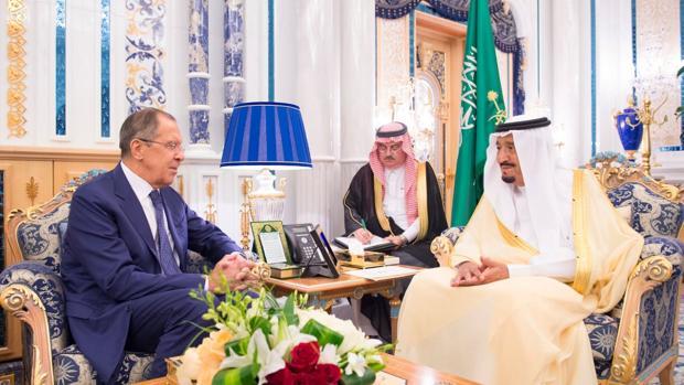 El Rey Salman con el ministro ruso de Exteriores, Lavrov, el pasado domingo en Riad
