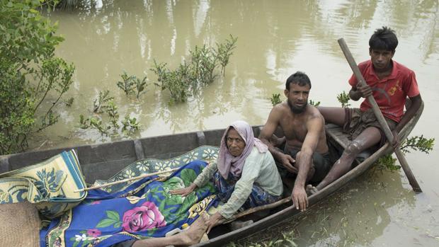 Una familia rohingya huyendo a Bangladesh
