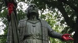 Estatua de Colón en Central Park, con las manos pintadas de rojo