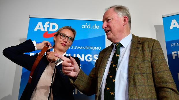Los candidatos Alice Weidel y Alexander Gauland, tras una rueda de prensa este lunes en Berlín