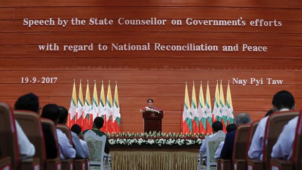La consejera estatal de Birmania, Aung San Suu Kyi, pronunciando un discurso sobre la reconciliación nacional