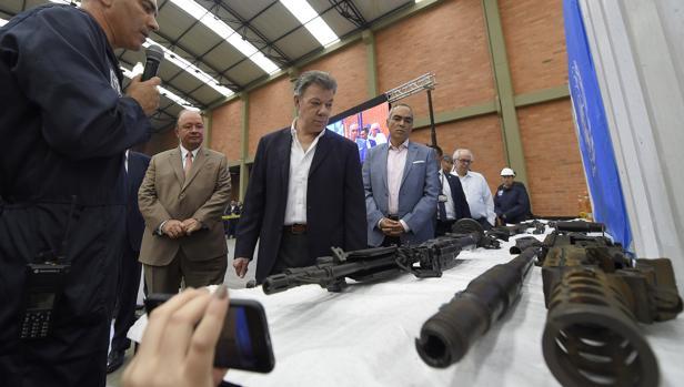Fotografía cedida por la presidencia de Colombia del presidente colombiano, Juan Manuel Santos (c), participando durante el acto final de inutilización de las armas que fueron de las FARC