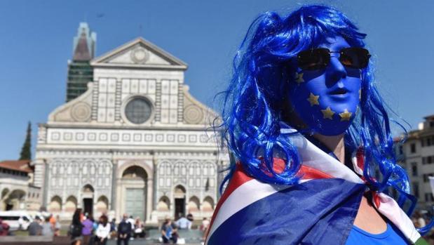 Una activista protesta contra el Brexit en la plaza de Santa María Novella, en Florencia