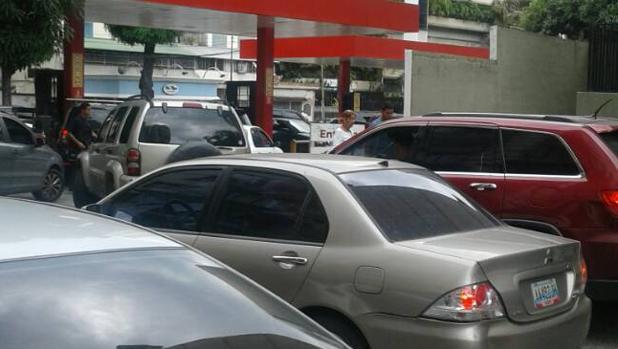 Se agrava la escasez de gasolina en Venezuela pese a poseer las mayores reservas de petróleo del mundo