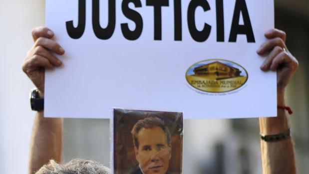 Una mujer sujeta un cartel en el que pide justicia para el caso Nisman