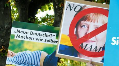 Propaganda de AfD exhibida durante una protesta contra Merkel el viernes en Heppenheim