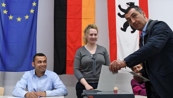 Cem Ozdemir, copresidente del Partido de los Verdes, y cocandidato a las elecciones generales, emite su voto para las elecciones federales en Alemania en un colegio electoral de Berlín-Kreuzberg