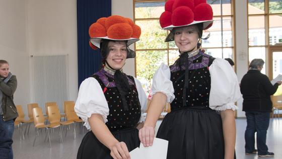 Dos jóvenes votan vestidas con trajes tradicionales de la Selva Negra