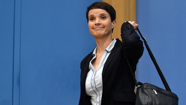 Frauke Petry abandona la rueda de prensa depués de renunciar a su escaño delante de los medios