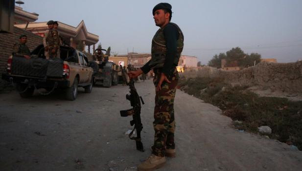 Miembros de las Fuerzas de Seguridad de guardia en el lugar donde impactaron tres proyectiles durante la visita del secretario de Defensa de EE.UU., James Mattis, y el secretario general de la OTAN, Jens Stoltenberg, en Kabul