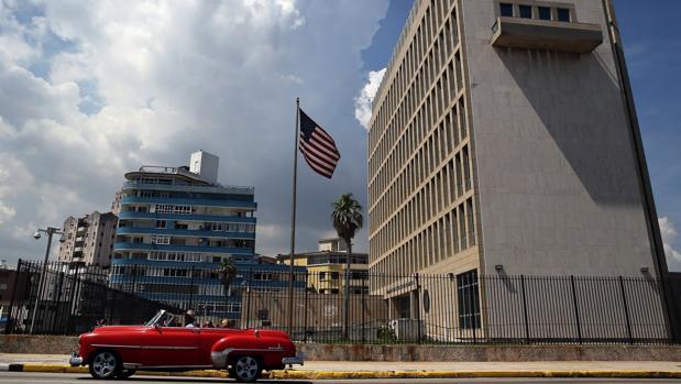 Un coche clásico pasa delante de la Embajada de EE.UU. en La Habana