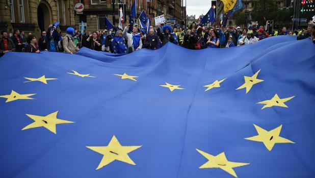Miles de británicos piden a May «salir del Brexit»