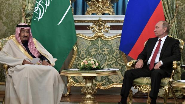 El presidente ruso, Vladimir Putin, con el Rey de Arabia Sacuí, Salman bin Abdelaziz (izquierda), durante su visita al Kremlin