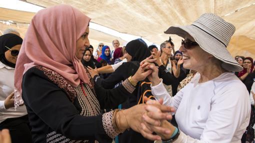 Mujeres árabes y judías bailan en una tienda montada en el desierto durante su marcha por la paz en Oriente Próximo