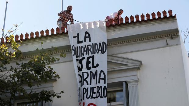 Un grupo anarquista asalta la Embajada de España en Atenas en solidaridad con los independentistas