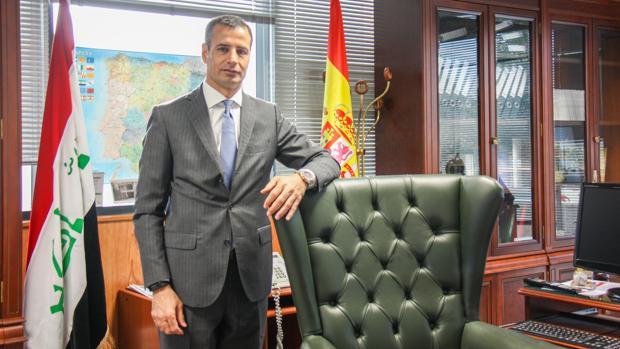 Alí Shimran, encargado de negocios de la Embajada de Irak en España, en su despacho