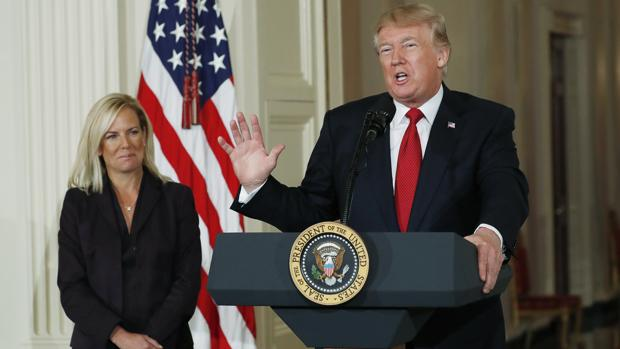 Donald Trump presenta ayer a la escogida como secretaria de Seguridad Nacional, Kirstjen Nielsen