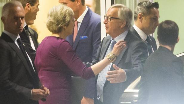 May pide a Juncker cesiones en el Brexit para frenar a su ministro Johnson