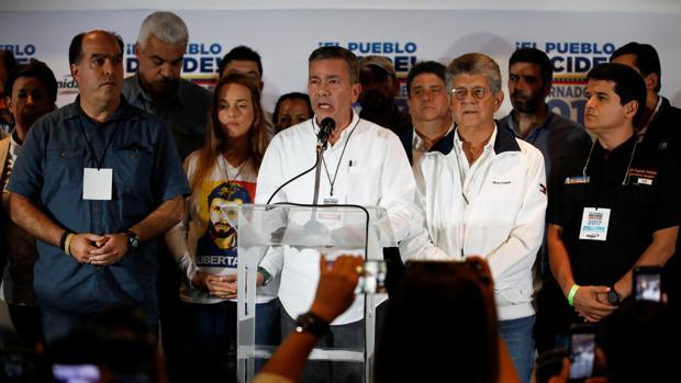 El jefe de campaña de la Mesa de la Unidad Democrática (MUD), Gerardo Blyde, se dirige a los periodistas