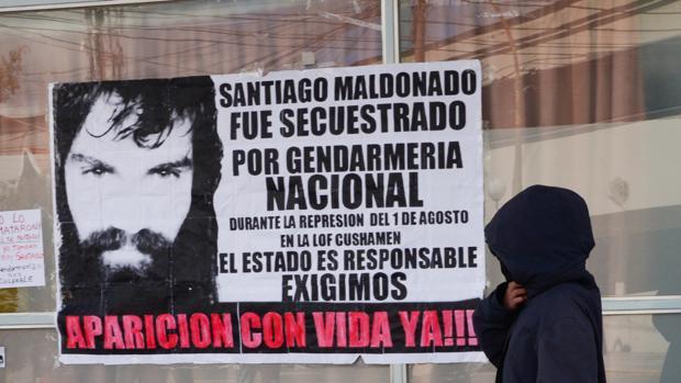Un cartel colocado por allegados a Santiago Maldonado acusa a la Gendarmería Nacional de su desaparición