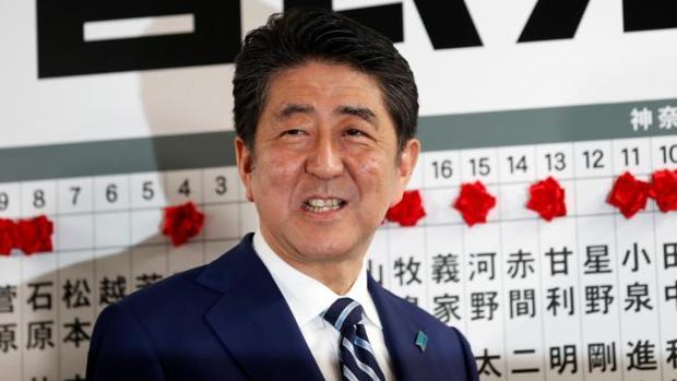 El primer ministro japonés, Shinzo Abe, pendiente de los resultados de las legislativas de este domingo, desde la sede de su partido en Tokio