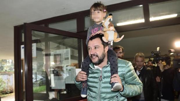 Matteo Salvini, secretario general de la Liga Norte, votó en un centro electoral de Milán, en el referéndum celebrado este domingo en Lombardía y Véneto
