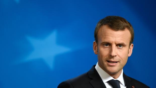 El presidente francés, Emmanuel Macron, habla a la prensa al final de la cumbre de líderes de la UE en el edificio Consejo de la UE