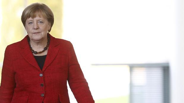 Merkel, «furiosa» por las filtraciones de la cena entre Juncker y May