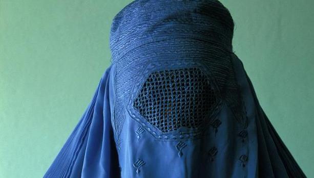 Una mujer con el burka tradicional afgano