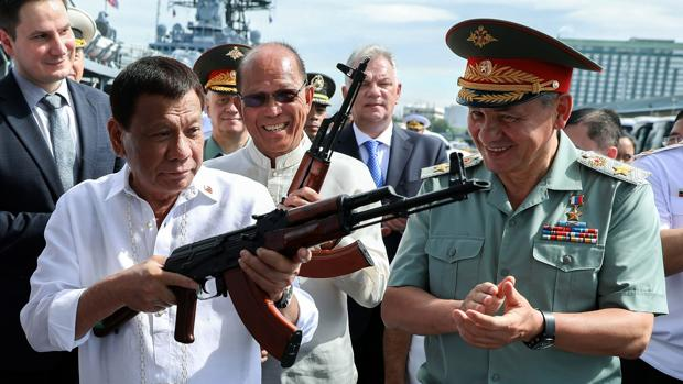 Rusia dona a Filipinas 5.000 fusiles de asalto y 20 vehículos militares para luchar contra Daesh