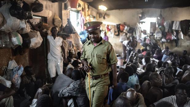 Un policía en una cárcel de Malawi