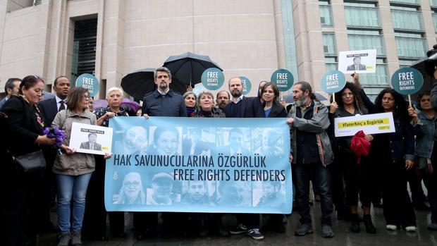 Libertad con cargos para diez de los «once de Estambul»
