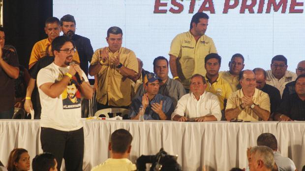 Freddy Guevara (i), vicepresidente primero del Parlamento venezolano, durante un acto político