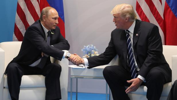 Vladímir Putin y Donald Trump, durante un encuentro mantenido en el G-20, celebrado en Hamburgo, el pasado mes de julio
