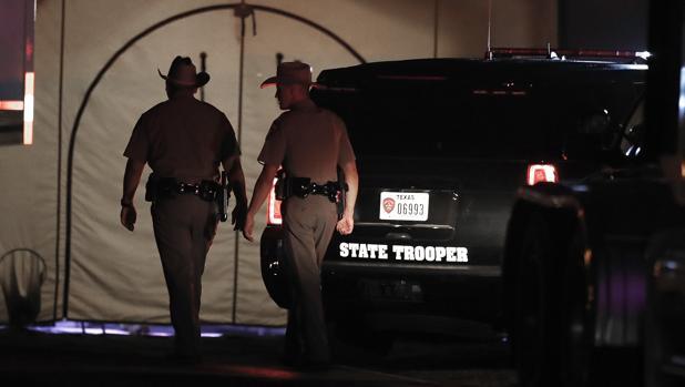 Agentes texanos tras la matanza en una iglesia de Sutherland Springs este domingo