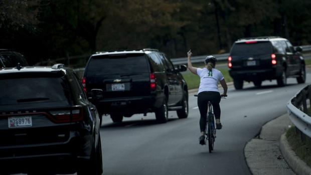 Imagen con el gesto obsceno a la caravana presidencial subido por la propia mujer a las redes